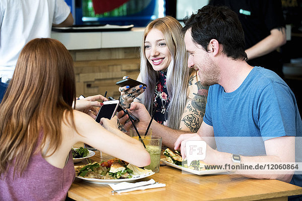 Freunde chatten und benutzen Smartphones