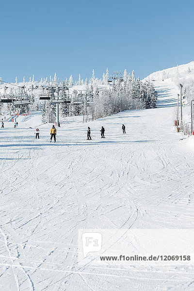 Menschen beim Skifahren