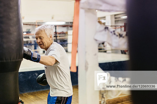Seniorentraining mit Boxsack