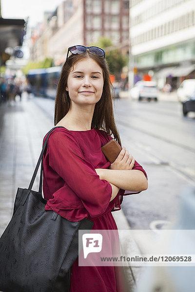 Porträt einer Frau auf einer Straße in Stockholm  Schweden