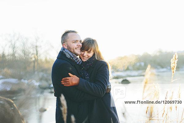 Ein glückliches Paar am Fluss