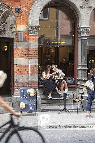 Schwestern in einem Café in Stockholm  Schweden