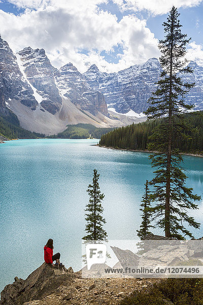 Lone traveller at Moraine Lake and the Valley of the Ten Peaks  Banff National Park  UNESCO World Heritage Site  Canadian Rockies  Alberta  Canada  North America