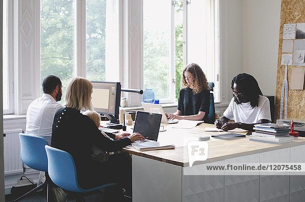 Multiethnische Geschäftsleute im Kreativbüro