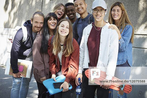 Porträt von lächelnden Universitätsfreunden  die gegen das Bauen auf dem Campus stehen