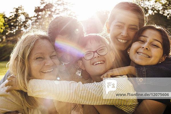 Porträt einer liebenden Familie im Park an einem sonnigen Tag