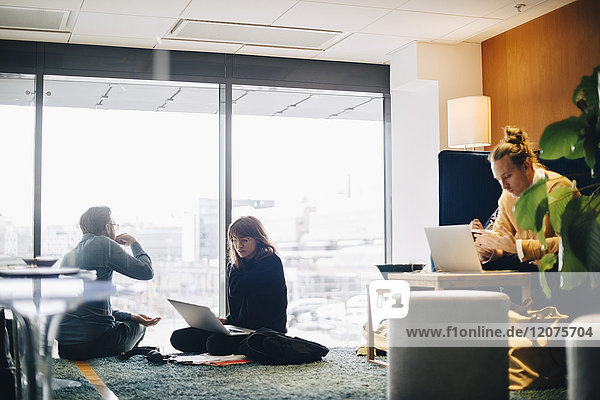 Geschäftskollegen sitzen am Fenster in der Bürokantine