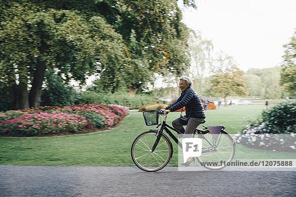 Durchgehende Seitenansicht der lächelnden Seniorin im Park