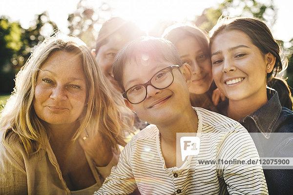 Nahaufnahme der lächelnden Familie im Park