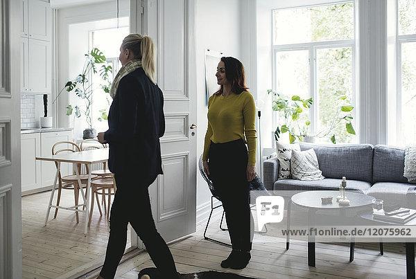 Kolleginnen im Wohnzimmer stehend