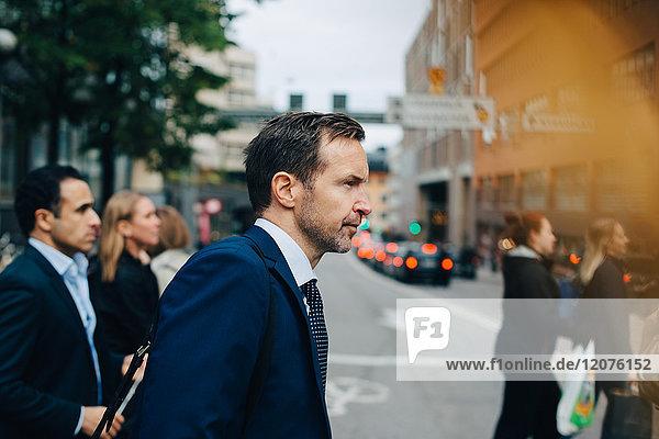 Seitenansicht der reifen Geschäftskollegen auf der Straße in der Stadt