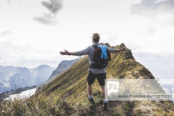 Deutschland  Bayern  Oberstdorf  Wanderer in alpiner Landschaft genießen die Aussicht