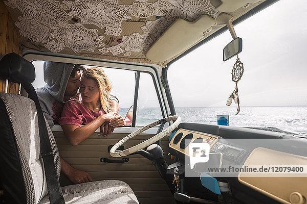 Spanien  Teneriffa  junges Paar  verliebt in einen Lieferwagen nahe der Küste