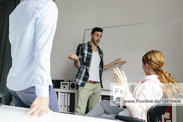 Kollegen diskutieren am Whiteboard im Büro