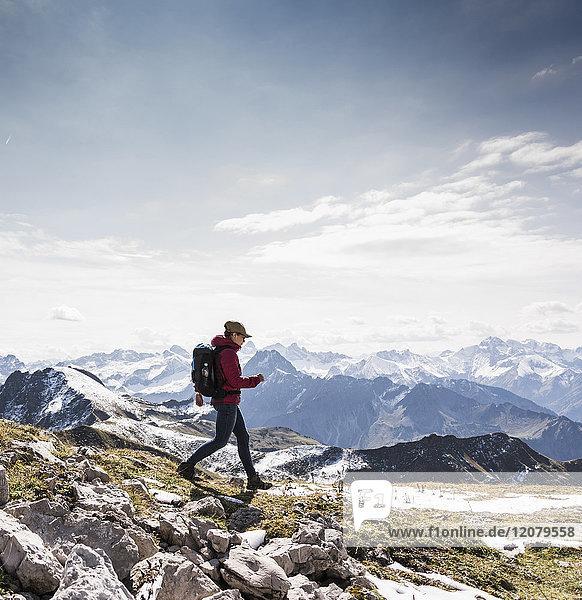 Deutschland  Bayern  Oberstdorf  Wandern in alpiner Landschaft