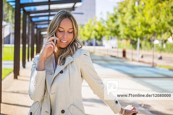 Porträt der Geschäftsfrau am Telefon