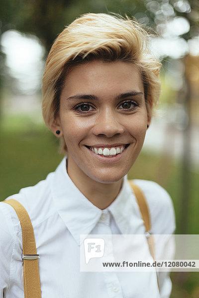 Porträt eines jungen Mädchens im Park  lächelnd