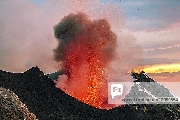 Italien  Äolische Inseln  Stromboli  Vulkanausbruch  Lavabomben