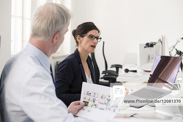 Geschäftsleute bei einer Besprechung im Büro