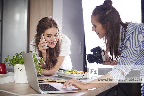 Food-Blogger mit Kamera  Laptop und Handy