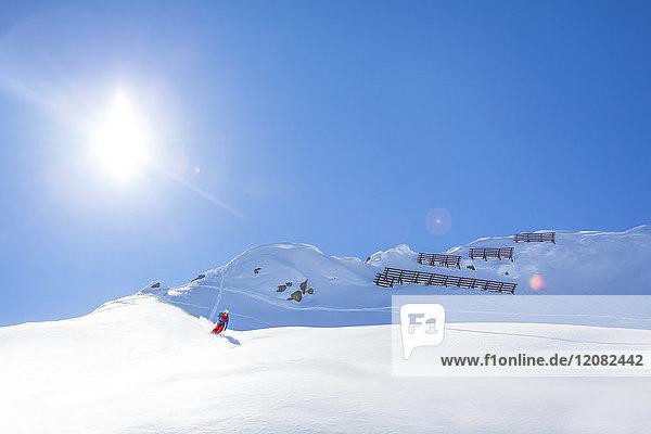 Österreich  Bludenz  Skifahrer im Pulverschnee