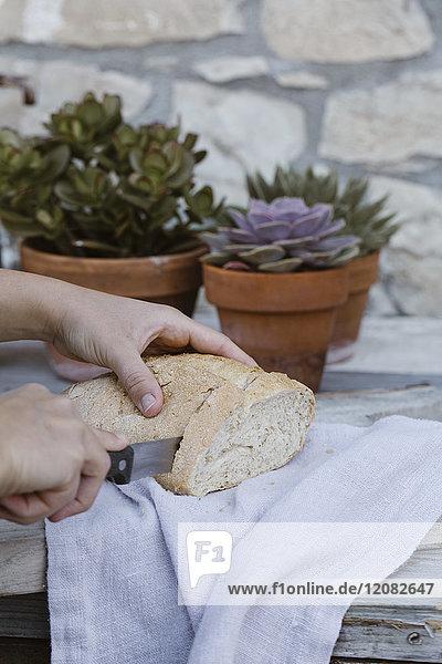 Italien, Damenhandbrotschneiden auf der Terrasse