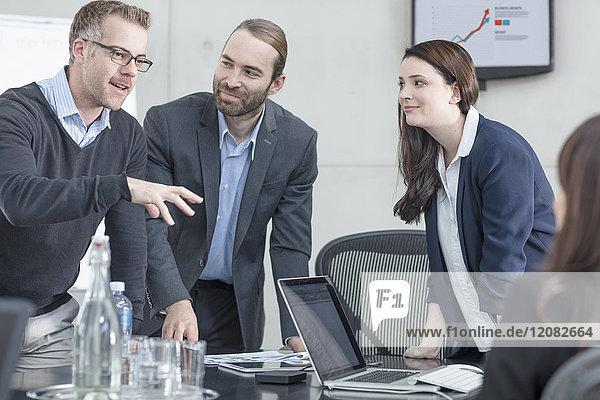 Kollegen bei einer Besprechung im Konferenzraum