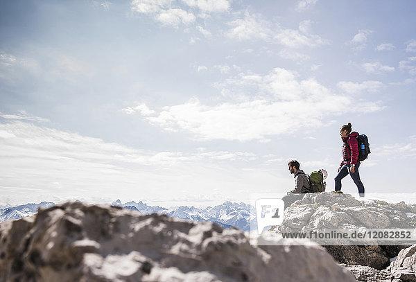 Deutschland  Bayern  Oberstdorf  zwei Wanderer auf Fels in alpiner Landschaft