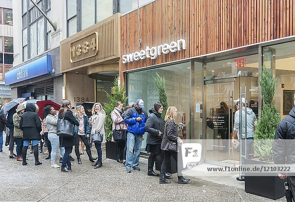 Hordes of millennials line up in front of the brand new Sweetgreen restaurant in the Garment District in New York for a soft opening on Monday  November 13  2017. The cult farm-to-table salad and grains purveyor offered the first 400 people to line up a free meal and beverage prior to the stores official opening. (© Richard B. Levine).