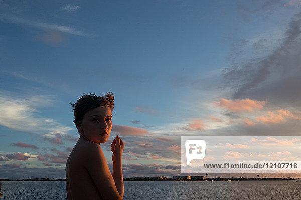 Junge auf See bei Sonnenuntergang  Destin  Florida