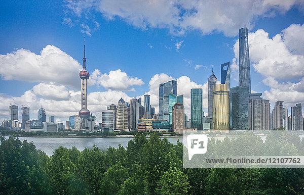 Stadtbild mit orientalischem Perlenturm in der Skyline und Huangpu-Fluss  Shanghai  China
