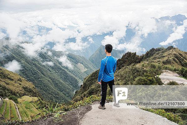 Mann mit Aussicht  auf dem Weg nach Machu Picchu über den Inkapfad  Huanuco  Peru  Südamerika