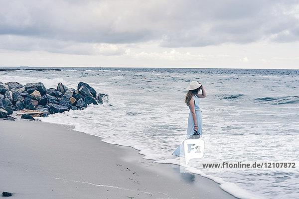 Junge Frau am Strand stehend  Odessa  Oblast Odessa  Ukraine  Europa
