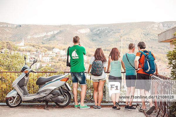 Touristen auf der Aussichtsplattform über der Stadt  Koralat  Zagrebacka  Kroatien