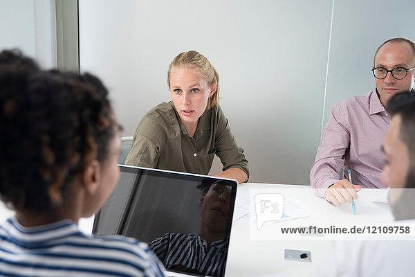 Geschäftsfrauen und -männer diskutieren am Vorstandstisch