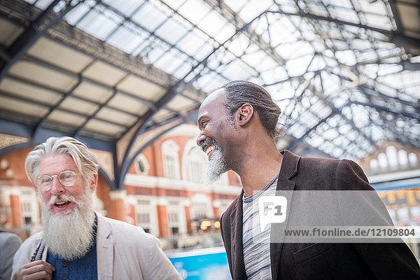 Zwei reife Männer am Bahnhof  die zusammen gehen