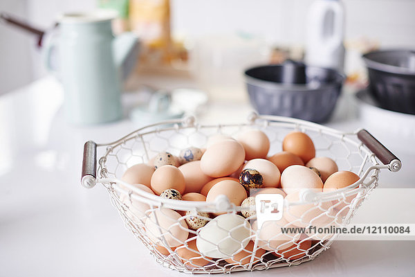 Korb voller Eier auf der Küchentheke zu Ostern