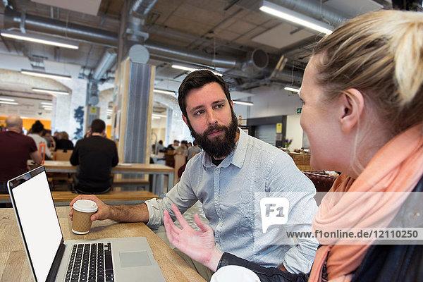 Studenten mit Laptop beim Chatten