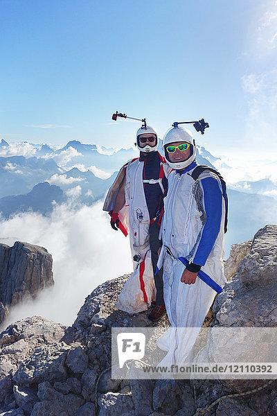 Porträt von zwei BASE-Flügelschutzanzug-Springern  die sich zum Fliegen vorbereiten