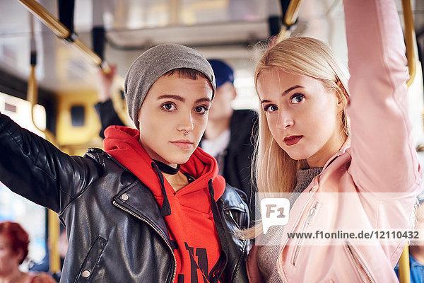 Zwei junge Frauen stehen in der Stadtbahn