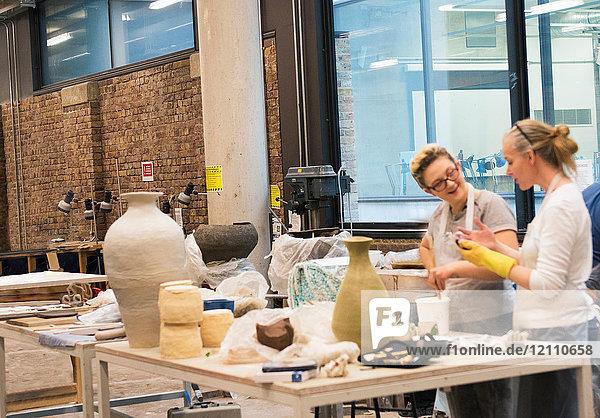 Kollegen im Kunstatelier beim Töpfern