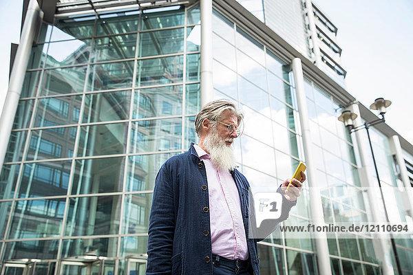 Erwachsener Mann im Freien  mit Smartphone