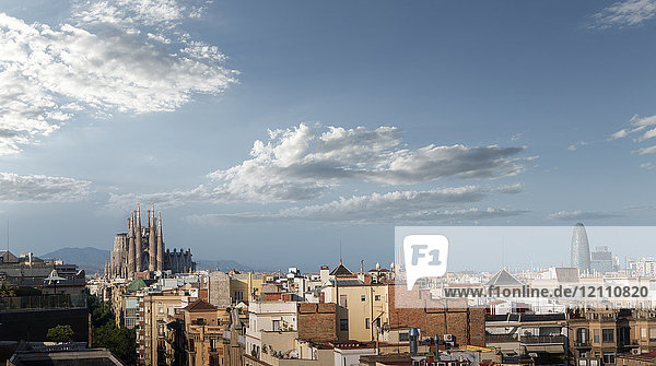 Kathedrale Sagrada Familia und Agbar-Turm  Skyline von Barcelona  Katalonien  Spanien  Europa