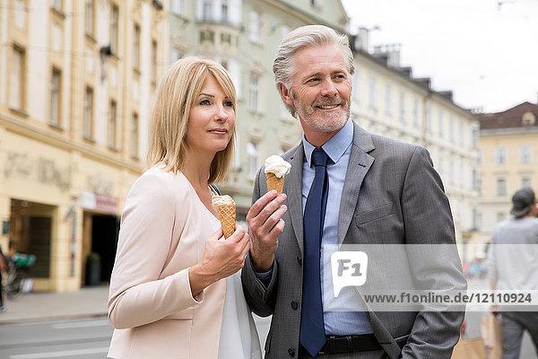 Ehepaar auf der Straße mit Eiscreme