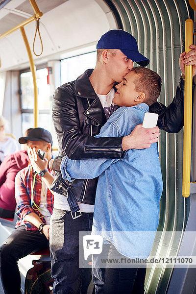 Romantisches junges Paar umarmt sich in der Stadtbahn