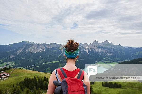 Rückansicht einer Wanderin mit Blick über das Tal in den Tannheimer Bergen  Tirol  Österreich