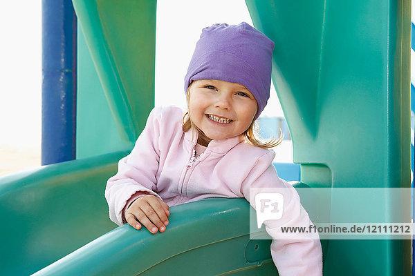 Porträt eines Mädchens auf Dia  das lächelnd in die Kamera schaut