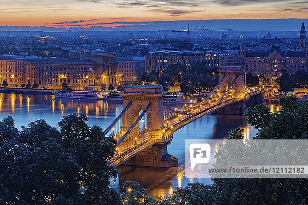 Ungarn  Budapest  Blick auf Pest mit Kettenbrücke und Donau am Abend