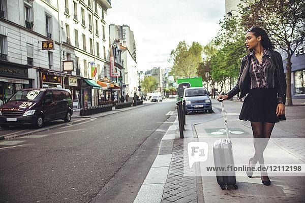 Frankreich  Paris  junge Frau wartet auf ein Taxi