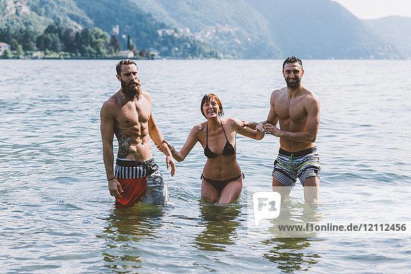 Porträt von drei jungen erwachsenen Freunden am Comer See  Como  Lombardei  Italien